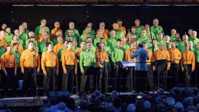 "Männerchor Frohsinn Bad Soden, als er 2018 ""The Sound of Men"" in der Großsporthalle Salmünster vortrug. Archivfoto: MC Frohsinn"
