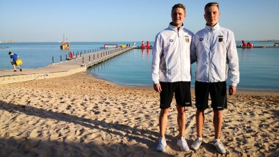 Am Strand von Doha in Katar: Niklas Frach vom SV Gelnhausen (links) und Christian Kerber. Foto: re